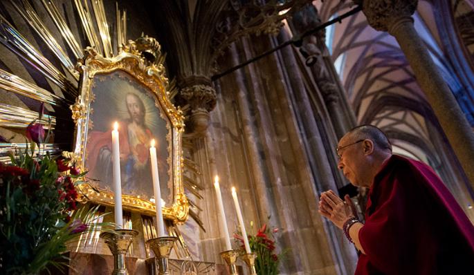 Dalai Lama en una Iglesia Católica