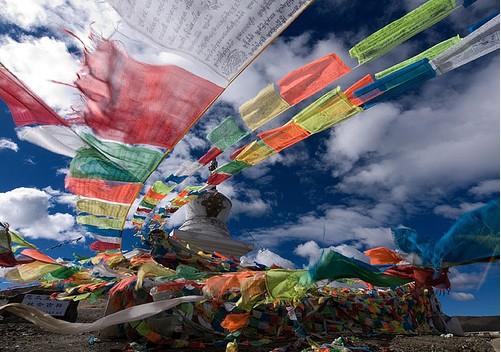 Lungtas - Banderas con mantras que son dispersados por el viento.